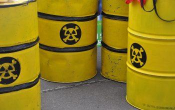 Gelbe Atomfässer auf einer Anti-Atom-Demo