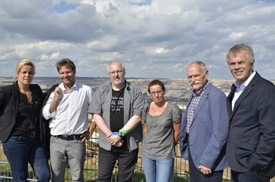 Trafen sich zum Gespräch am Skywalk in Garzweiler (v.l.): Mona Neubaur, Robert Habeck, Andreas Cichy, Gabi Clever, Reinhold Giesen und Johannes Remmel.