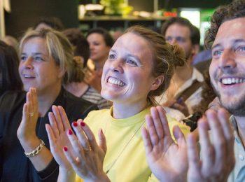 Mona Neubaur und Felix Banaszak freuen sich mit Terry Reintke über das Ergebnis der Europawahl in NRW.