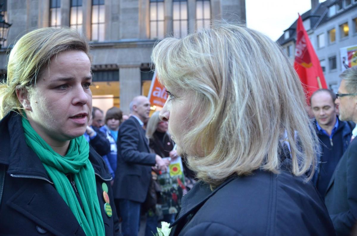 Unsere Landesvorsitzende Mona Neubaur mit Ministerpräsidentin Hannelore Kraft bei der Mahnwache im Jahr 2011