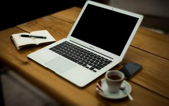 Foto: Notebook auf einem Tisch