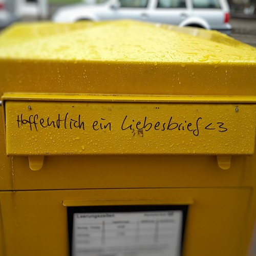 """Foto: Briefkasten mit der Aufschrift """"Hoffentlich ein Liebesbrief"""""""