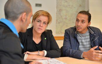 Mona Neubaur informiert sich im Gespräch mit einem Flüchtling.