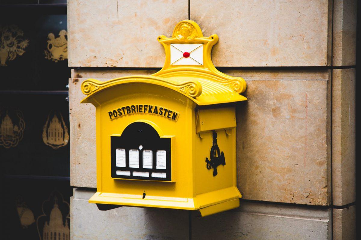 Ein gelber Briefkasten