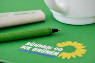 Foto: Grünes Material mit Kaffeetasse