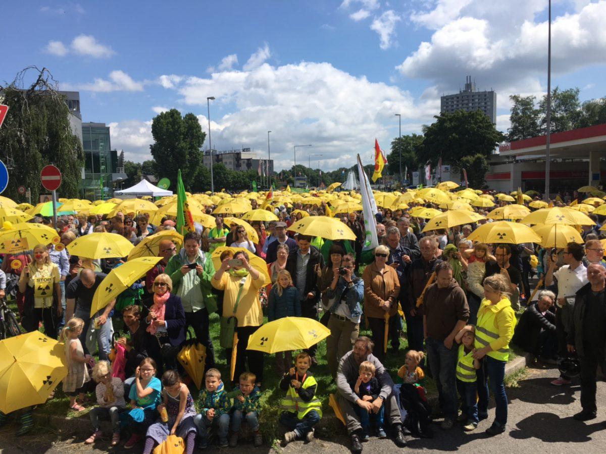 Die gelben Schirme auf der Anti-Tihange-Demo in Aachen