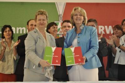 Foto: Hannelore Kraft und Sylvia Löhrmann bei der Unterzeichnung des Koaltionsvertrages 2010-2015