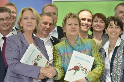 Foto: Hannelore Kraft und Sylvia Löhrmann bei der Unterzeichnung des Koaltionsvertrages 2012-2017